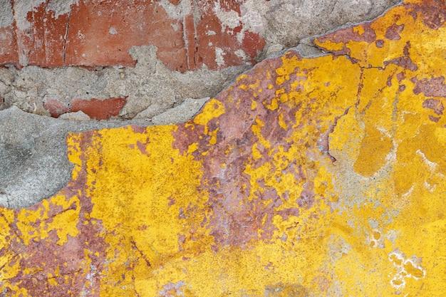 Alte backsteinmauer mit schalengips