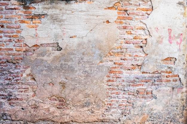 Alte backsteinmauer mit sprungsbeschaffenheit