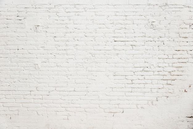 Alte backsteinmauer mit weißer farbenhintergrundbeschaffenheit