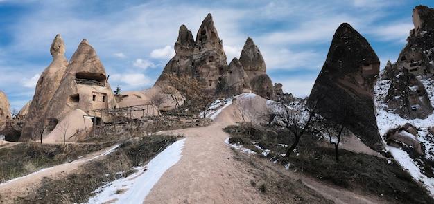 Alte behausungen in vulkanischem gestein in kappadokien, türkei ausgehöhlt.