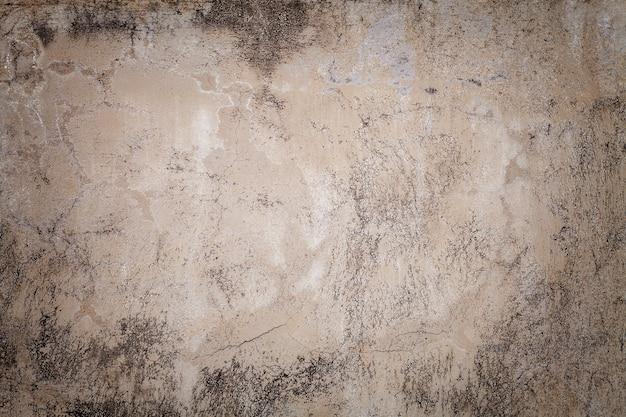 Alte beige wand bedeckt mit ungleichem gips. beschaffenheit des schäbigen sandziegelstein-oberflächenhintergrundes der weinlese