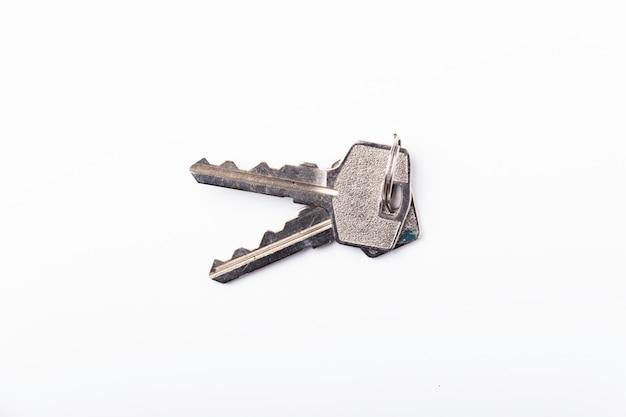 Alte benutzte schlüssel auf weiß