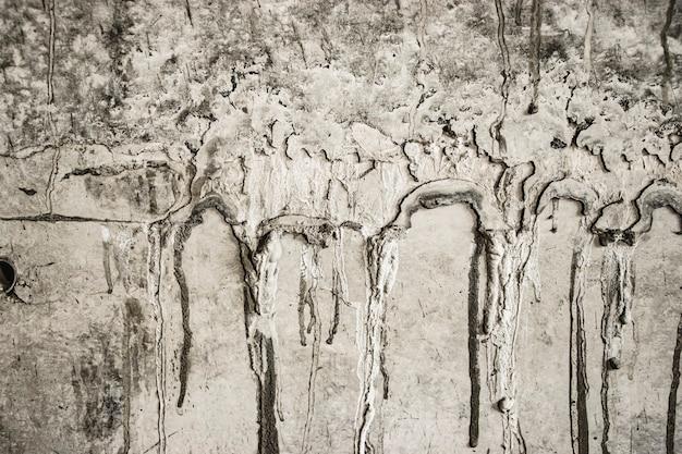 Alte betonmauer mit zementtropfen. im aufbau. konzeptioneller hintergrund für den bau.