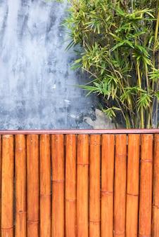 Alte betonmauersprünge und bambusblatt