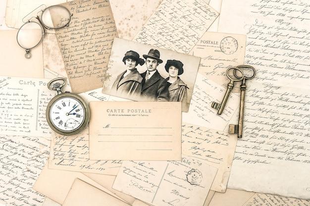 Alte briefe und postkarten, antike accessoires und foto. nostalgischer sentimentaler hintergrund. ephemera