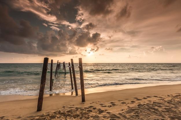 Alte brücke am pilai strand, bezirk takua thung, phangnga, thailand.