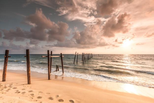Alte brücke am pilai strand, takua thung district, phangnga, thailand.