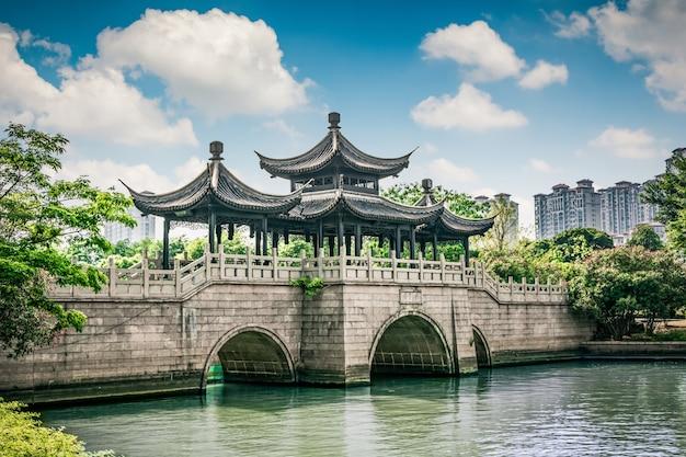 Alte brücke im chinesischen park