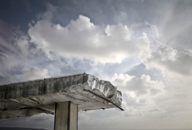 Alte brücke und der himmel