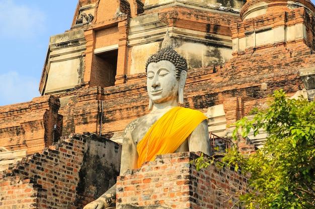 Alte buddha-statue bei wat yai chaimongkol in ayutthaya, thailand.