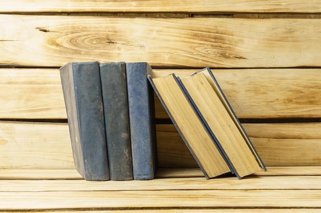 Alte bücher in blauer hardcover-nahaufnahme. oberfläche aus büchern.