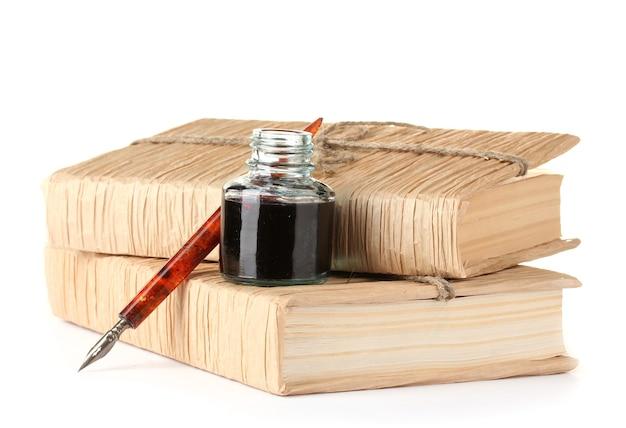 Alte bücher, tintenschreiber und tinte auf weiß abgefüllt