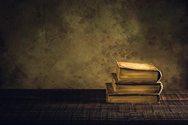 Alte bücher vintage auf holzboden und papier im alter hintergrund oder textur