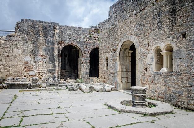 Alte byzantinische kirche des st. nicholas wonderworker, santa claus. altgriechischer antiker tempel in der stadt demre, antalya, türkei