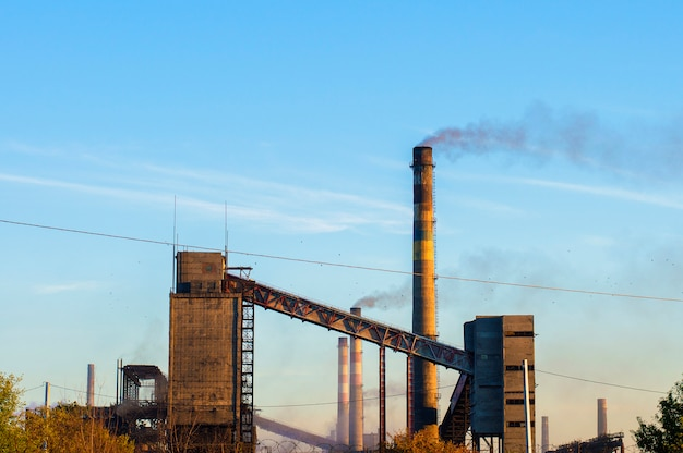 Alte chemiefabrik vom rohrrauch