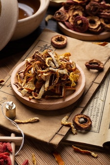 Alte chinesische medizinbücher und kräuter auf dem tisch
