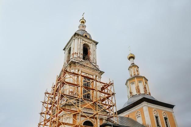 Alte christliche kirche im herbst