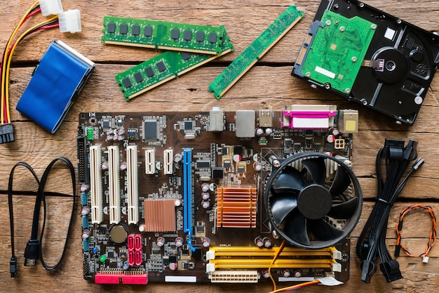 Alte computerhardware auf einem hölzernen hintergrund