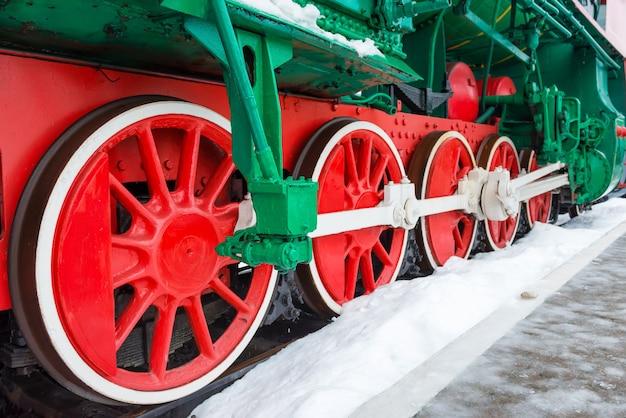 Alte dampflokomotive räder auf bahngleisnahaufnahme