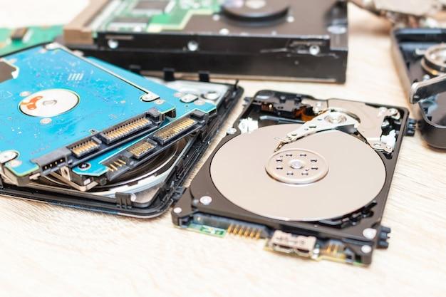 Alte defekte festplattenlaufwerkszusammensetzung in einem reparaturwiederherstellungsdienstkonzept schließen selektiven fokus