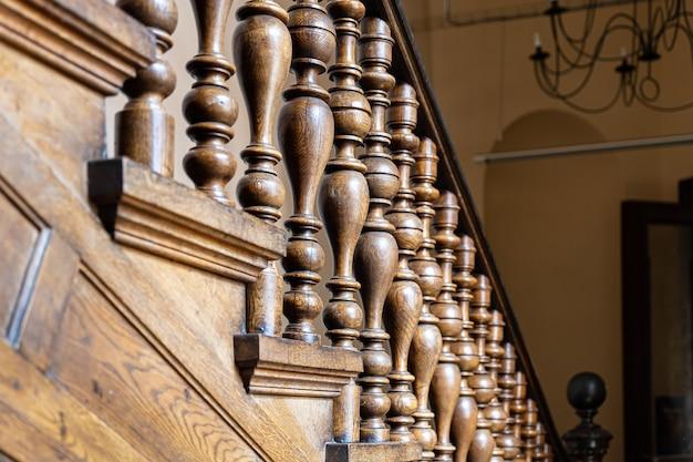 Alte dekorative baluster aus holz, alte holztreppen. dekoratives geländer aus holz geschnitzt