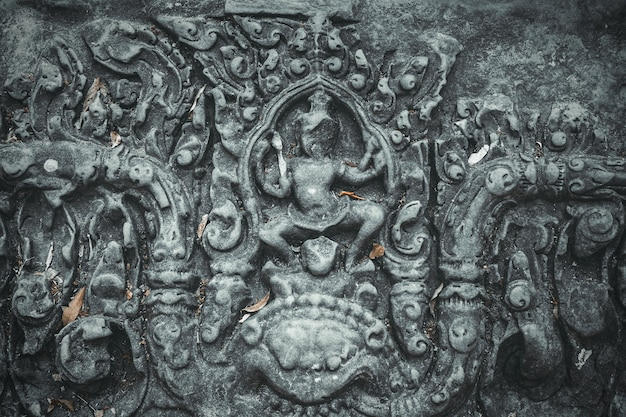 Alte dekorative skulptur an der wand in angkor wat kambodscha