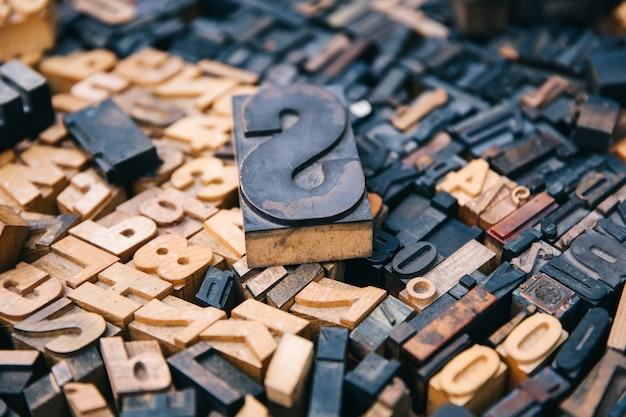 Alte druckbuchstaben der weinlese