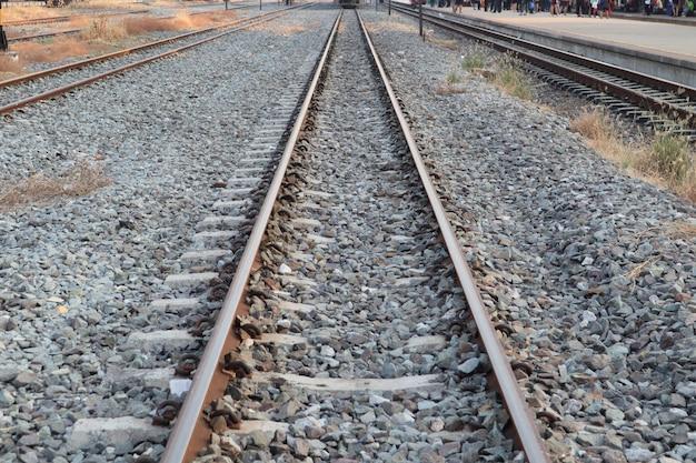 Alte eisenbahn der weinlese auf felsen für transport in thailand.