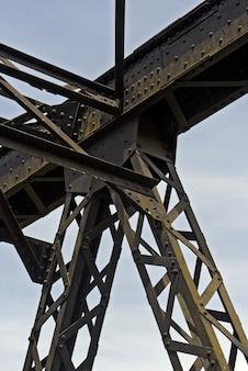 Alte eisenbahnbrücke, mit eisengitter, in der landschaft des staates sao paulo, brasilien