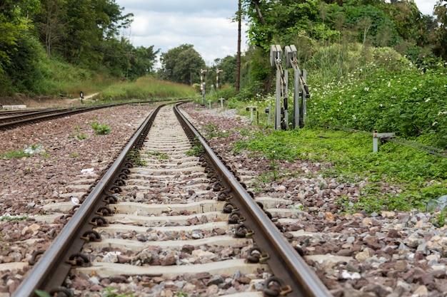 Alte eisenbahnschienen, stahlbahn für züge. schließen sie oben von der leeren geraden bahnstrecke.