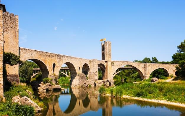 Alte europäische stadt mit mittelalterlicher brücke über fluss