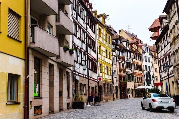Alte fachwerkhäuser in der straße weißgerbergasse im historischen zentrum von nürnberg, bayern, deutschland