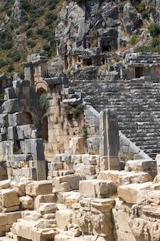 Alte felsengräber in myra, demre, türkei