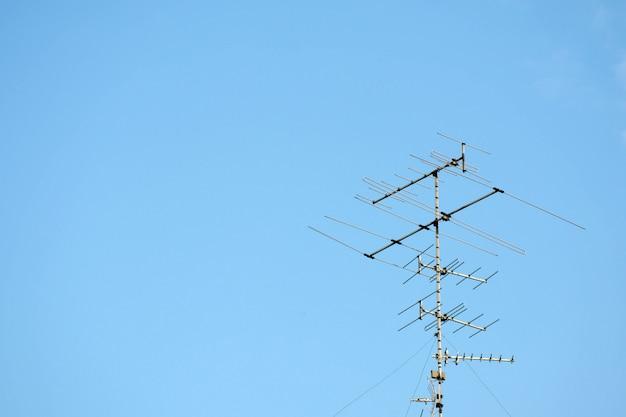 Alte fernsehantenne auf blauem himmel