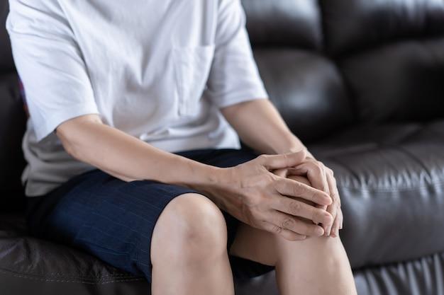 Alte frau der arthritis und ältere frau weibliche leidende osteoarthritis