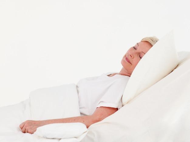 Alte frau, die in ein krankenhaus rosoveraging ist