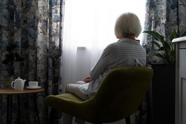 Alte frau, die mit alzheimer konfrontiert ist
