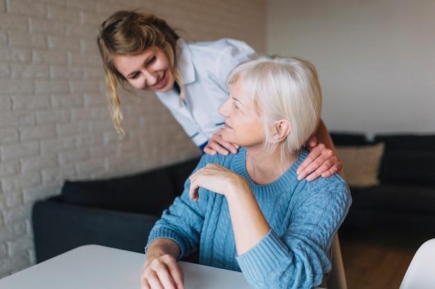 Alte frau im pflegeheim