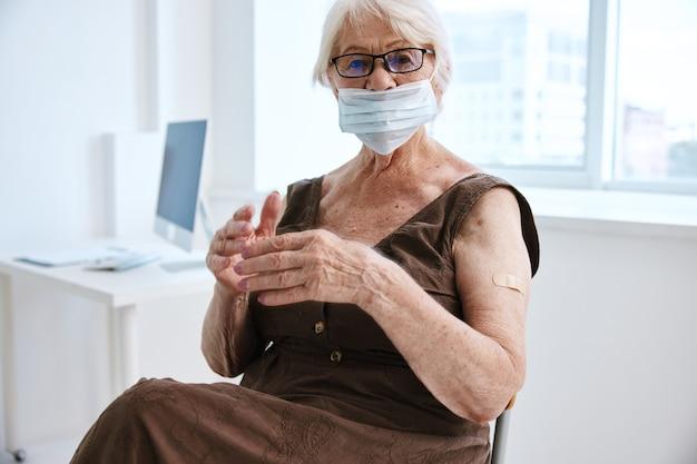 Alte frau in medizinischer maskenimpfung gesundheit immunität