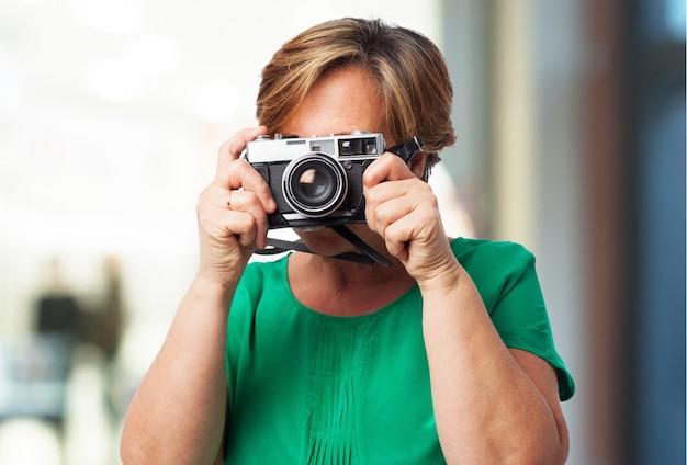 Alte frau mit einer alten kamera