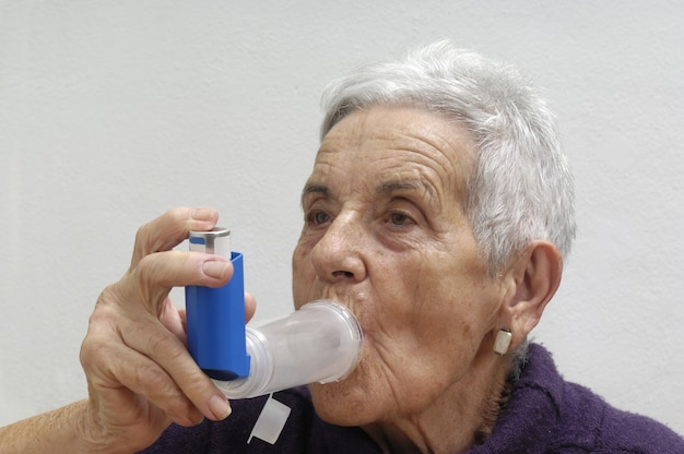Alte frau mit inhalator