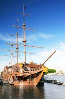 Alte fregatte in moorage st.petersburg, russland.