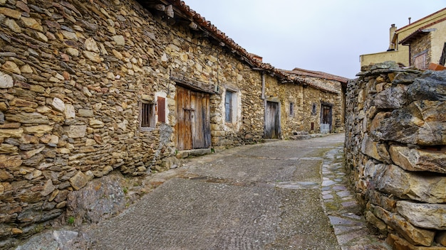 Alte gasse kleiner steinhäuser in einem ruinenzustand im laufe der zeit. madrid.
