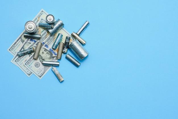 Alte gebrauchte batterien und banknote von hundert dollar