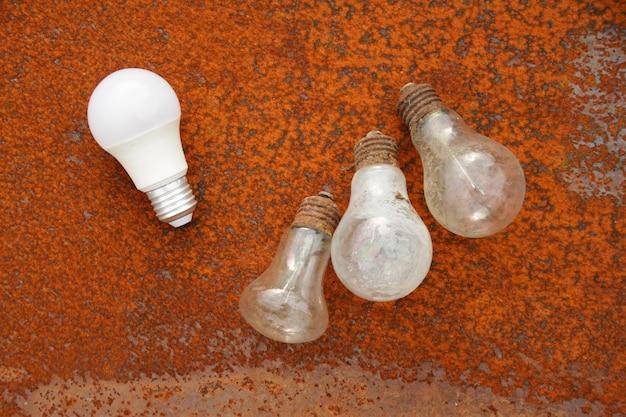 Alte gebrauchte glühbirnen auf einer rostigen metalloberfläche