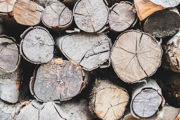 Alte gehackte kreisbrennholzwand browns. strukturierter hintergrund mit hölzerner natürlicher platte.