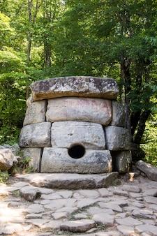 Alte gekachelte dolmen im tal des flusses jean nahe schwarzem meer, russland, südöstlich von gelendschik.