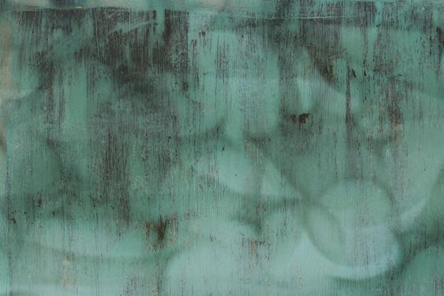 Alte gemalte eisengrüne tür mit rost
