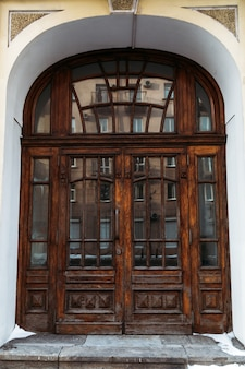 Alte geschlossene holztür. braune tür im historischen gebäude