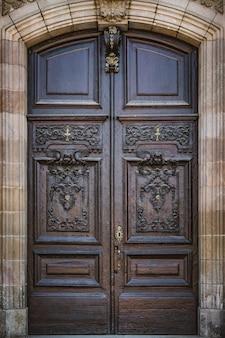 Alte geschnitzte holztür im neoklassizistischen stil